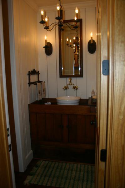 909 Bathroom 2