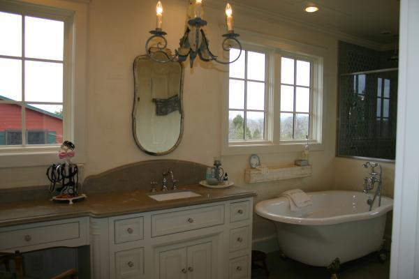 909 Bathroom 3